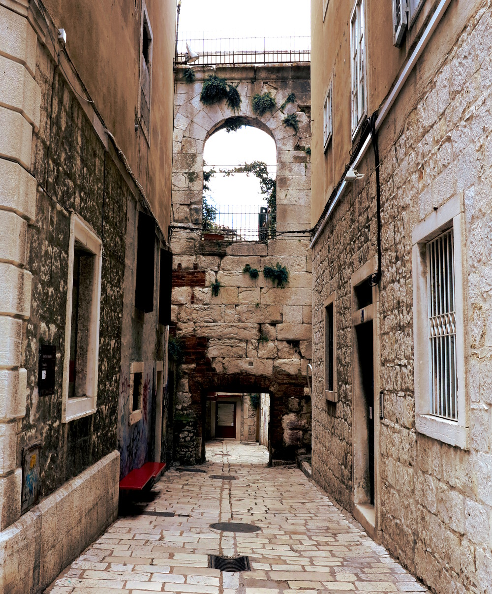 Dubrovnik alleyway Double-barrelled travel