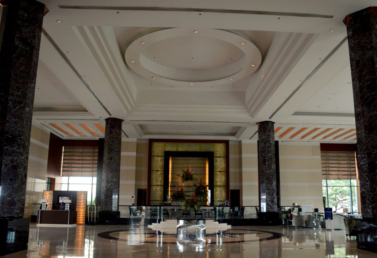 Lobby Radisson Blu Cebu Double-Barrelled Travel