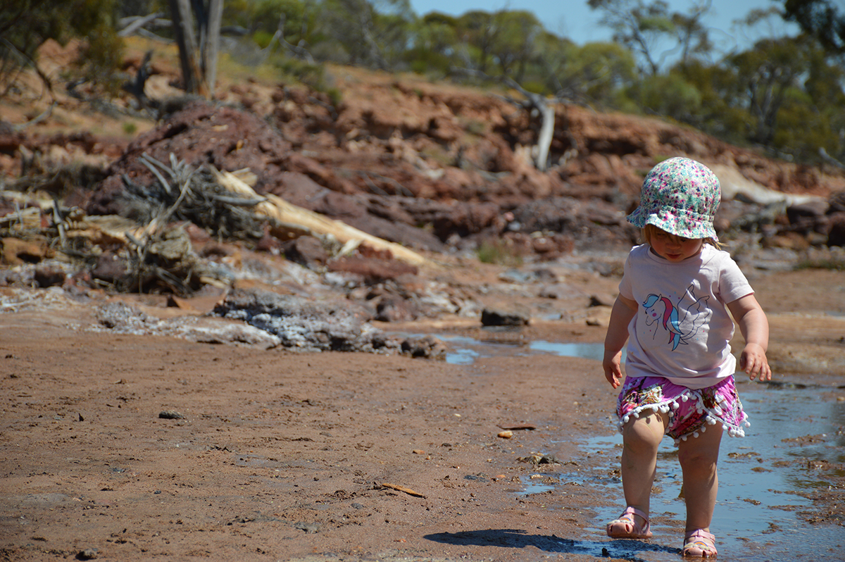 Child play in water Double-barrelled travel